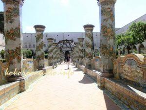 ナポリサンタキアラ教会中庭