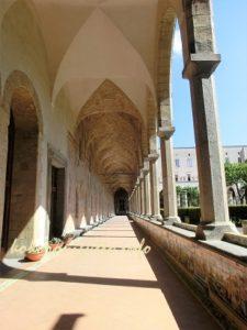 ナポリサンタキアラ教会廊下